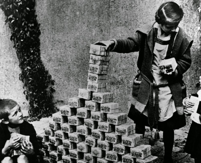 childrenplayingwithstacksofhyperinflatedcurrencyduringtheweimarrepublic1922
