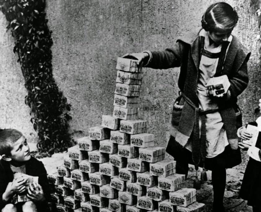 childrenplayingwithstacksofhyperinflatedcurrencyduringtheweimarrepublic1922
